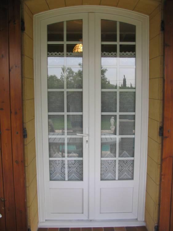 Pose de portes fen tres en pvc cintr es avec croisillons for Modele de fenetre pvc
